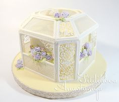 Royal icing cage surrounding a cake - the intricacy of the work on this is insane! Royal Icing Piping, Royal Icing Cakes, Royal Icing Flowers, Cake Piping, Cupcakes, Cupcake Cakes, Royal Icing Templates, Fondant, Icing Techniques