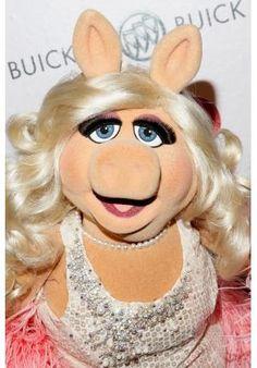 Segundo Miss Piggy, os homens precisam de divas que os orientem, portanto, ela acaba de lançar seu livro de autoajuda, Por Que os Homens Preferem as Divas? (R$ 19,90, Editora Leya).