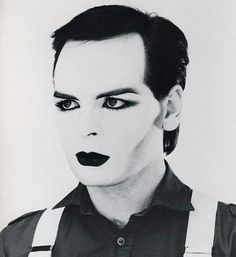 Gary Numan in a rare photo wearing heavy New Romantic style make-up he also wore it in a video seen by few in America 80s Music, Music Icon, Victor Hugo, It Icons, Dark Wave, Blitz Kids, New Wave Music, Gary Numan, Musica Pop