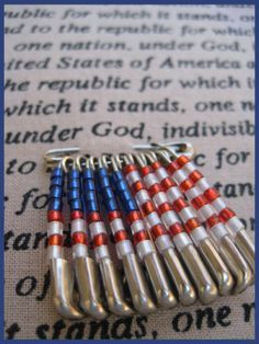 Make safety pin flags in red white and blue (beads) for the of July. Easy of July craft of July and Patriotic Safety Pin Art, Safety Pin Crafts, Safety Pin Jewelry, Safety Pins, Kids Safety, Diy Jewelry, Beaded Jewelry, Jewelry Making, Summer Crafts