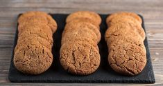Cinnamon cookies by Greek chef Akis Petretzikis. A quick, easy recipe for crunchy cinnamon cookies that make a special treat for your family, friends or guests! Greek Recipes, Raw Food Recipes, Cookie Recipes, Cookie Bars, Cookie Dough, Tiramisu Cheesecake, Greek Sweets, Cinnamon Cookies, Processed Sugar