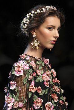 VOGUE fashion   trends   早くも気分は春爛漫! 花ざかりのフラワーアクセサリー集。  DOLCE & GABBANA