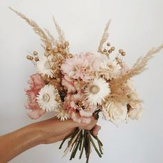 Wonderfully delicate and beautiful flower bouquet video by .Wonderfully delicate and beautiful flower bouquet video by . What are you creating today? Wedding Flower Guide, Flower Bouquet Wedding, Floral Wedding, Bridal Bouquets, Wedding Dried Flowers, Purple Wedding, Chic Wedding, Wedding Kimono, Dry Flowers