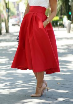 Estefanía, del blog Con 2 tacones, con una falda midi roja de Nubbe Clothes.