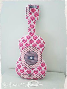 Coussin doudou mobile musical guitare rose et blanc : Chambre d'enfant, de bébé par leslubiesdannabelle
