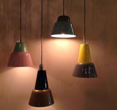 Een hanglamp in een moderne vormgeving, helemaal uitgevoerd volgens de kleuren trends van nu! Deze prachtige lamp geeft uw interieur de eerste voorjaarskleuren mee! Zacht roze en mint groen bruin geel zwart voor slaapkamer woonkamer of keuken interior lights www.rietveldlicht.nl webwinkel@rietveldlicht. nl