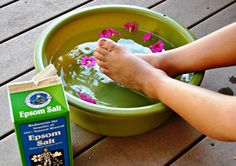Remedies For Water Retention Listerine Foot Soak: Everything You Need to Know! - Foot scrubs and pedicures remove the dead skin cells on your feet. And lately, Listerine has gained popularity as a great foot soak product. Epsom Salt Foot Soak, Epsom Salt Uses, Home Remedies, Natural Remedies, Epsom Salt Cleanse, Listerine Foot Soak, Water Retention Remedies, Fungal Infection, Bath Salts