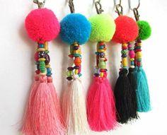 pompon en laine, boules roses, bleues, vertes, pendentifs