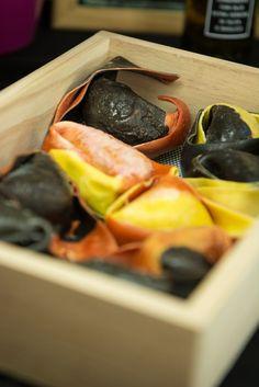 Pasta fresca al huevo rellena de rape, merluza y un langostino entero; la de foie, requesón y una gota de oporto, la de salmón ó la de pera y queso.