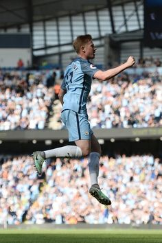 Manchester City's Belgian midfielder Kevin De Bruyne celebrates scoring the…