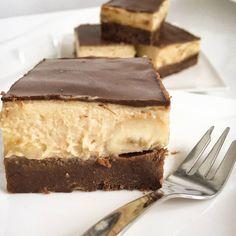 Brownies s arašidovým krémom a bananikom co viac?!?! Krásny den ☀️❄ Recept: korpus/ brownies : 180g masla, 200g horkej čokolády (70%), 3 vajíčka, 100g cukru ( trstinový), 120g muky ( spaldova).... maslo s čokoládou si rozpustime vo vodnom kupeli zmiešame s vyslahanymi žĺtkami s cukrom a pridáme sneh z bielkov, pecieme 20min pri 180C plnka: 250g mascarpone , 250g jemný tvaroh, 300g arasidoveho masla, sladidlo ( ja som použila steviu)... čokoládová poleva: 200g čok... Tiramisu, Ethnic Recipes, Food, Fitness, Essen, Meals, Tiramisu Cake, Yemek, Eten