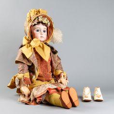 Posliininukke, valmistanut: Karin Buttigieg, vaatteet silkkiä, kengät valmistanut: Irja Viitanen, k 80 cm.
