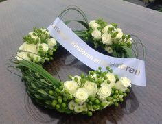 Moderne grafkrans Funeral Floral Arrangements, Flower Arrangements, Funeral Flowers, Wedding Flowers, Memorial Flowers, Cemetery Flowers, Sympathy Flowers, Art Floral, Wedding Centerpieces