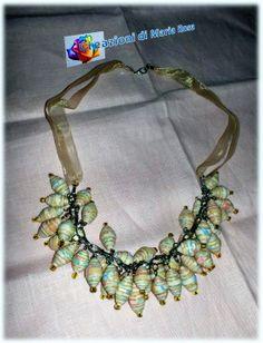 Realizzata con perle di carta da parati montate su una catena e filo d'organza