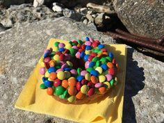 Tämä donitsiherkku lähti  mukaan evääksi, kun lämmin päivä kutsui paistattelemaan Beetapromenadille. Tallinnan ihanista kahviloista löydät hyvät syötävät ex tempore -piknille. #eckeröline #tallinna #beetapromenad #donut