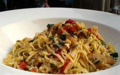 Tagliolini con triglie, pomodorini, olive e prezzemolo - I tagliolini al sugo di triglia vengono realizzati preparando il sugo con le triglie tagliate a tocchetti, lo scalogno, le olive nere, i pomodorini pachino.
