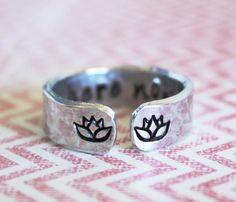 Be here now secret message ring lotus flower ring por ZennedOut