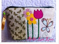 Ateliê Lua Luna: necessaires e afins Patchwork Bags, Quilted Bag, Bag Patterns To Sew, Quilt Patterns, Bag Quilt, Petite Purses, Free Motion Embroidery, Fabric Journals, Fabric Bags