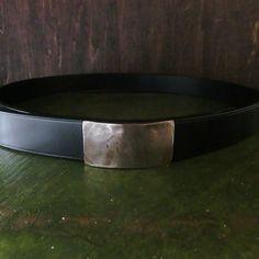 NARROW RECTANGULAR BUCKLE BELT ハンマーワークのバックルベルト ブライドルレザー一枚革ベルト | LONESOME.