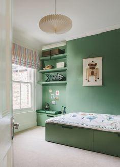 idée de meuble rangement enfant sous-lit et étagères murales dans la chambre verte par Room to Bloom
