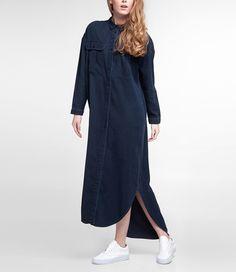 Deze prachtige lange blousejurk van KOI is onze favoriet. Kings of Indigo combineert comfort én stijl in één ontwerp. De jurk valt achter langer dan voor. Door de Tencel stof valt de jurk mooi glad langs het lichaam en voelt super zacht aan. Deze eyecatcher is leuk te combineren met bijv. een brede riem in de taille. Maatadvies: De jurk valt normaal. Heb je toch vragen? Bel ons dan gerust even voor advies: +31 20 362 07 84