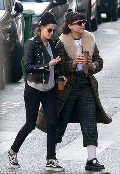 4b055d01f3 Kristen Stewart wearing Vans Old Skool Sneakers in Black