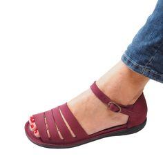 Shoes Flats Sandals, Leather Sandals, Shoe Boots, Pretty Sandals, Beautiful Sandals, Cute Shoes, Me Too Shoes, Crochet Shoes, Comfortable Shoes