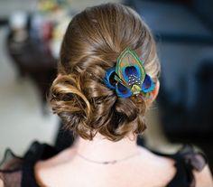 A toll most fülbevalók és nyakláncok tekintetében is nagyon divatosnak számít, miért ne tűzhetnéd a hajadba is?