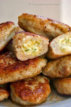 Котлеты с очень вкусной начинкой! Для фарша: -500 куриного фарша -1 луковица -1-2 зубчика чеснока -хлеб (по вкусу) -1 яйцо -соль,перец -------------------------------------------------------------------------------------------------------------- Для начинки: -100-150 г сыра натереть на мелкой терке (у меня моцарелла) -2 вареных яйца натереть на мелкой терке -петрушку и укроп мелко нарезать -2 ст ложки сливочного масла комнатной температуры - можно добавить любимые приправы