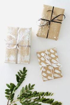 Using brown paper for all your gifts saves time, money and racing out to buy wrapping paper. I'm sharing 15 Christmas gift wrapping ideas using brown paper. Christmas Bags, Christmas Gift Wrapping, Cute Gift Wrapping Ideas, Wrapping Presents, Brown Paper Wrapping, Brown Paper Packages, Friend Birthday Gifts, Gift Packaging, Packaging Design