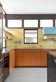 70 Amazing Midcentury Modern Kitchen Backsplash Design Ideas - Page 68 of 71 Modern Kitchen Backsplash, Modern Kitchen Design, Kitchen Flooring, Backsplash Design, Kitchen Designs, Modern Design, Modern Retro Kitchen, Backsplash Ideas, Tile Design