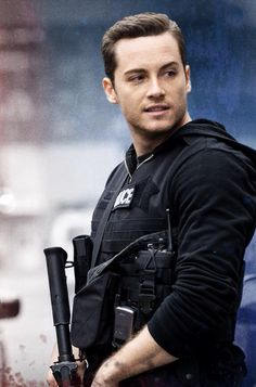 Jesse Lee Soffer as Detective Jay Halstead. Chicago PD.