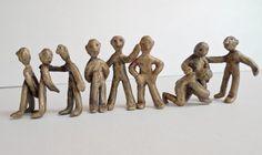 Escultura de Ana Valenciano disponible en la galería online de FLECHA, precio 375€.  Mas info:  http://www.flecha.es/Comprar-obras-de-Ana-Valenciano/Escultura-La-fila/678/