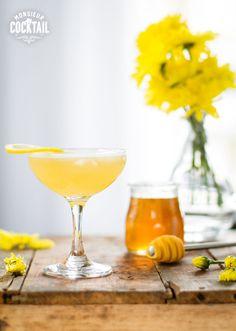Vous saviez que, durant la Prohibition, on utilisait la mixologie pour masquer le goût infect des spiritueux de basse qualité, les rares sur lesquels on pouvait mettre la main? Ce cocktail est sans doute le plus bel exemple de cocktail né à cette époque, le miel et l'orange étant des combinaisons moins utilisées avec le …