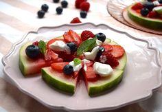 KIDS: Meloenpizza. Lekker als tussendoortje of toetje. Smullen! #kidslovefood #watermeloen #healthy #kidsproof #dessert