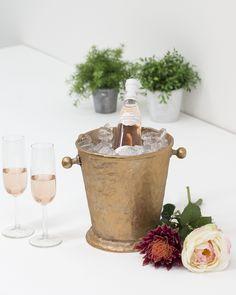 Voor in de zomer buiten of om je geliefde te verassen met een lekker glaasje wijn. Deze wijnkoeler heeft een mooie rosé kleur.