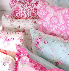Like the complementary prints on front and back - to change the look, just flip the pillow---these are EXACTLY what i want to make for the guest room daybed!