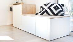 DIY: Dani von Gingered Things baut aus einer Holzplatte und den Besta Schränken von Ikea ein tolles Sideboard mit viel Stauraum und einer Sitzbank. Hier lang.