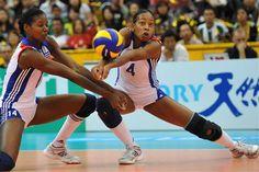 Dos jugadoras del equipo cubano de voleibol femenino. Foto: AIN. http://www.cubaencuentro.com/deportes/noticias/rusia-derroto-a-cuba-en-preolimpico-de-voleibol-femenino-276911#