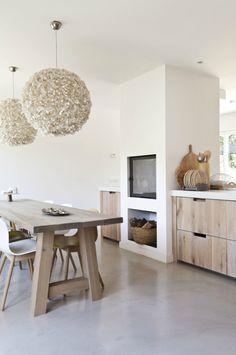 Hout in de keuken: houten tafel en houten aanrechtkastjes