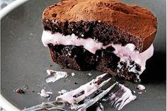 I disse chokoladeburgere består midten af en cremet og blød hindbærmarengs, absolut vanedannende!