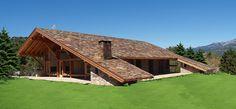 La Casa con el Tejado hasta el suelo no te mira, se deja mirar. Obra del arquitecto de casas de campo en la sierra de Madrid Manuel Monroy.