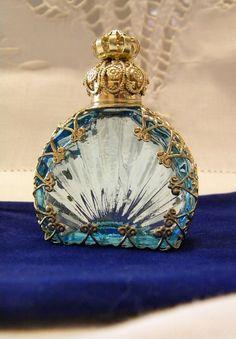Presentado en una jarra de cristal tallado y nombrado por la dama de Shalott, Shalott Rose es un ámbar Rico perfume líquido haciendo honor a