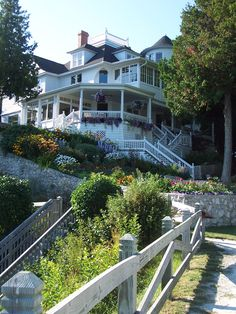 Victorian Bed and Breakfast Mackinac Island Michigan? Victorian Style Homes, Victorian Cottage, Beautiful Homes, Beautiful Places, Simply Beautiful, Mackinac Island Michigan, Somewhere In Time, Second Empire, Victorian Architecture