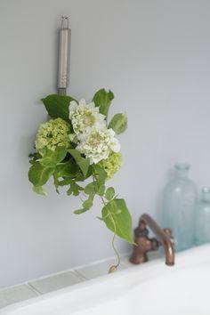 レードル(お玉)に吸水性スポンジをプラスし、お花をつるして飾ります。/身近な器でやさしい花レッスン(「はんど&はあと」2013年5月号)