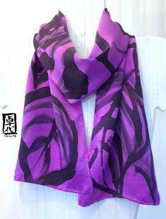 Pintado a mano bufanda de seda púrpura rosas. por SilkScarvesTakuyo, $52.00