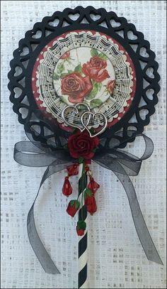 Enda et lollipopkort.  Har brukt papir fra Pion Design, To my Valentine.   Hjertedies fra Spellbinders, rosettdies fra Sissix.           ...