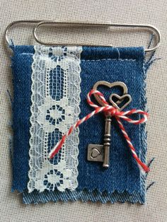 Use tiny gold sa Fabric Journals, Journal Paper, Junk Journal, Paperclip Crafts, Paper Clip Art, Denim Crafts, Idee Diy, Candy Cards, Pocket Letters