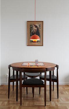 """Un séjour salle à manger rétro en bois foncé réveillé par une suspension Flowerpot orange """"Tequila Sunrise"""""""