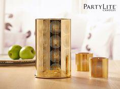 LAMPE-TEMPÊTE SANTORINI P91662 En verre au fini doré métallisé. Avec une base en métal et un support doré pour 3 bougies à réchaud. Pour piliers, pots à bougie Escentiel, pots à bougie GloLite et bougies à réchaud dans le porte-bougie à réchaud inclus. #partylite #jonathanadler